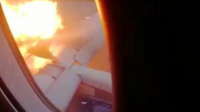 Опубликовано видео из салона горящего самолета в Шереметьево