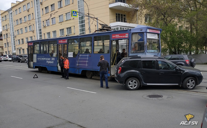 Кроссовер безуспешно попытался прошмыгнуть перед трамваем №13