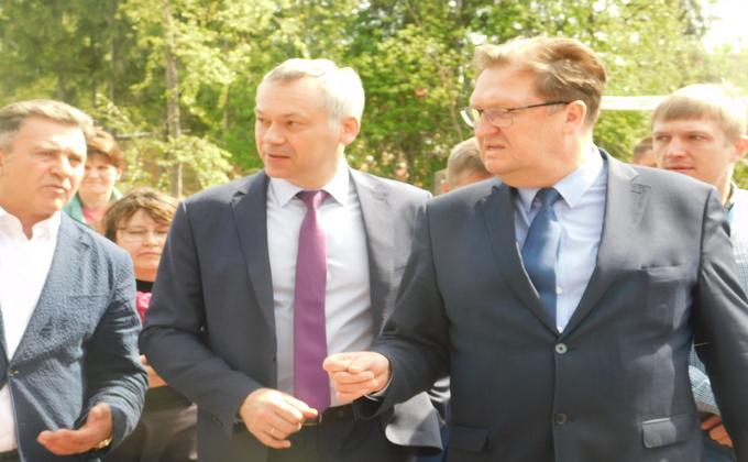 Выпускников Искитима поздравил с окончанием школы Андрей Травников