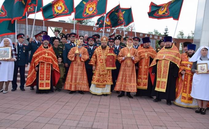 С хоругвями и флагами прошли священники и пограничники в Карасукском районе