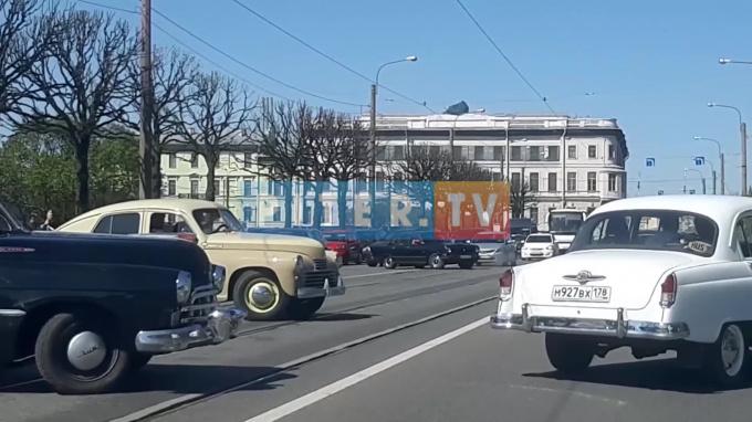 Парад ретро-автомобилей в Петербурге попал на видео
