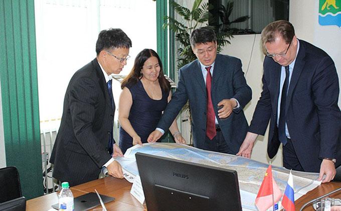 Карту города на китайском языке подарили мэру Искитима