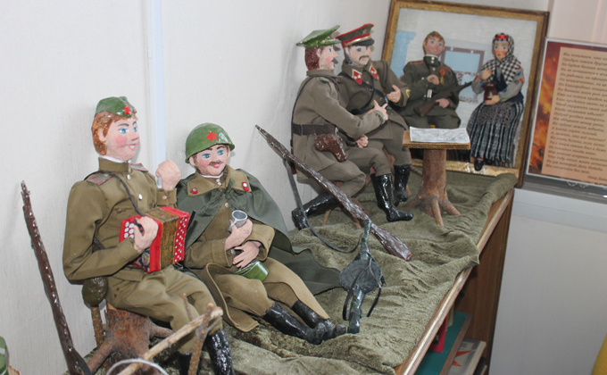 Миниатюрные Теркин и однополчане расположились у костра в Куйбышеве