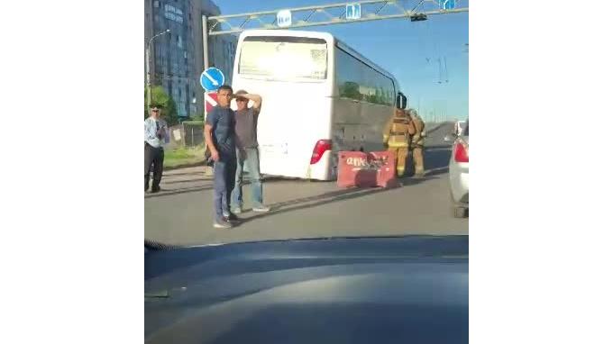 Видео: на проспекте Косыгина автобус провалился в дорожную яму