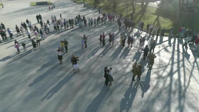 Видео: выборжане закружились в танце на Балу Победы