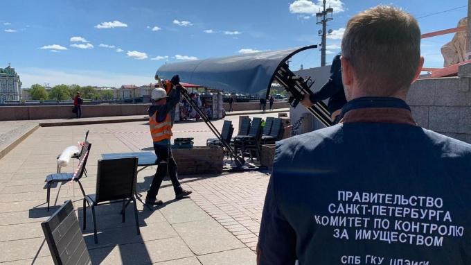 В Петергофе ликвидировали ресторан, который мешал прохожим