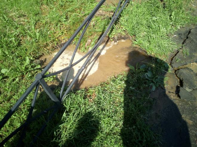 На проспекте Энтузиастов из-под земли забила ржавая горячая вода: фото