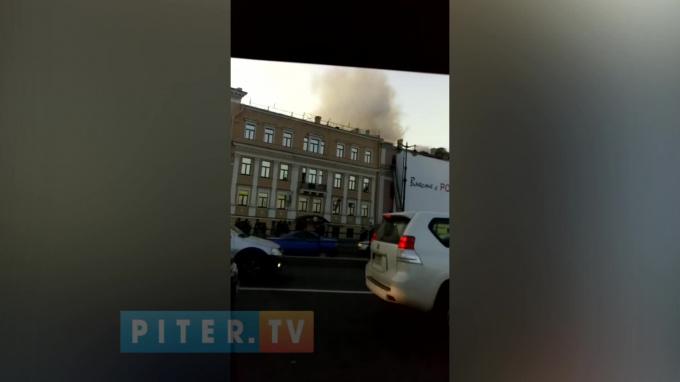 Видео: на Университетской набережной загорелся дом